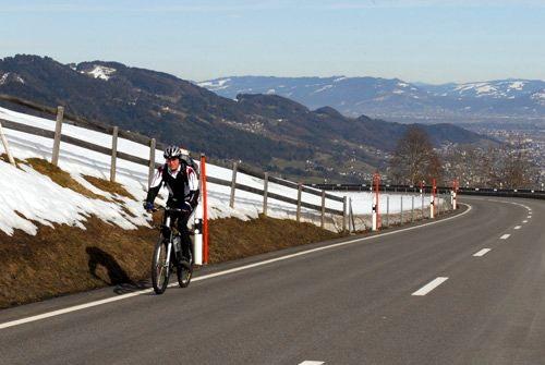 Roland Rino Büchel mit dem Velo auf dem Weg nach Bern